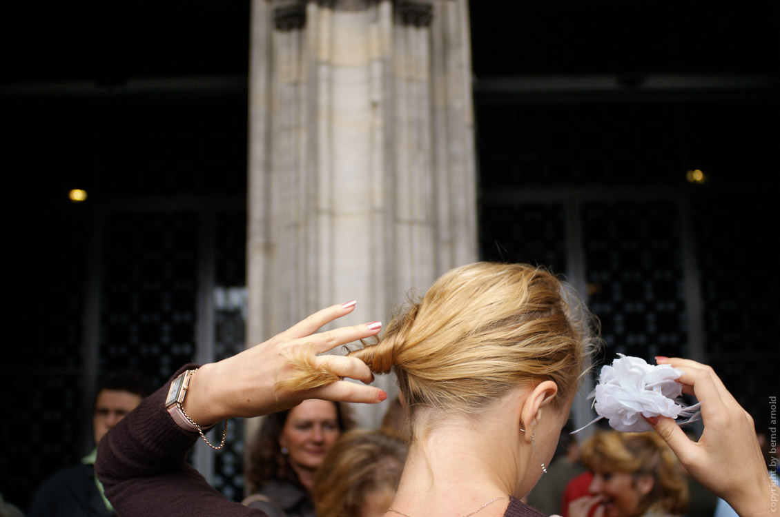 photographs about the West Portals of the Cologne cathedral - entrance with hairdressing woman